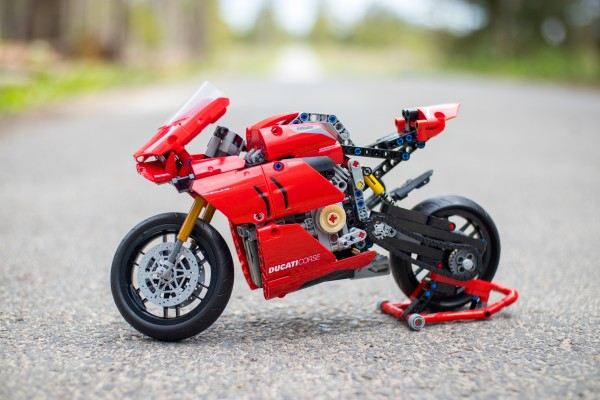 Lego Technic 42107 Ducati Panigale V4 R Review